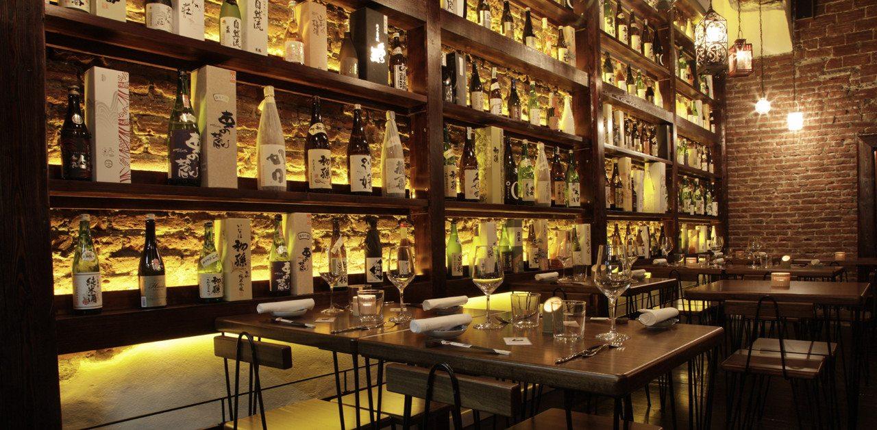 sake: interno del locale sakeia a milano, con vista su scaffali con bottiglie di sake
