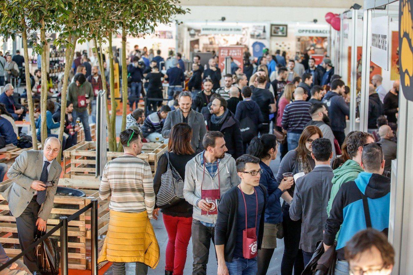 Beer Attraction: fotografia dell'evento con persone che passeggiano tra gli stand