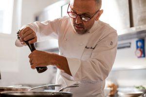 Lo chef Bruno Barbieri all'opera in cucina