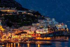 Costiera Amalfitana illuminata al calar della sera