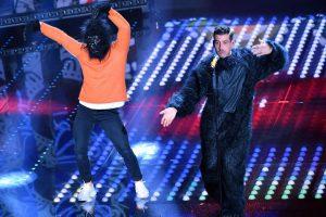 Francesco Gabbani e il ballerino 'scimmia' sul palco di Sanremo