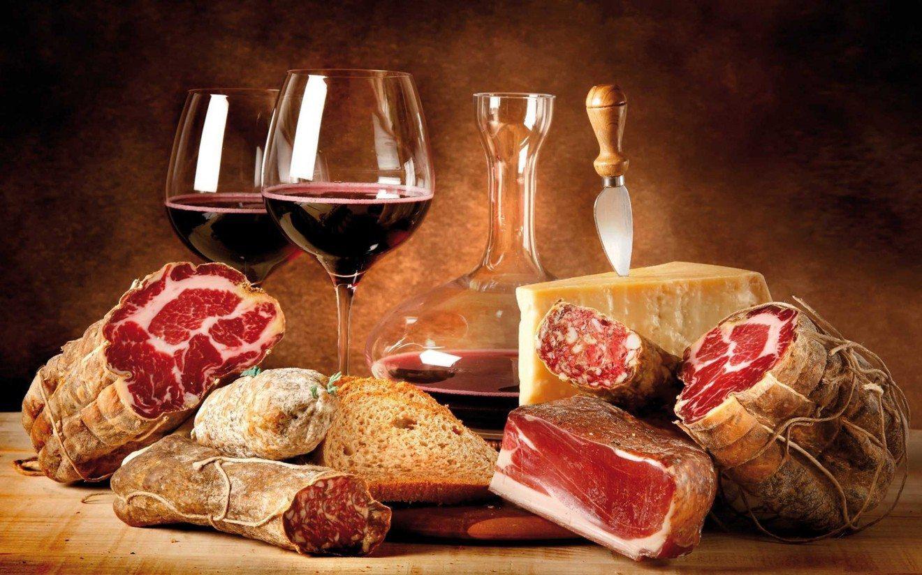 Prodotto tipico, tagliere con calici di vino, salumi e formaggi