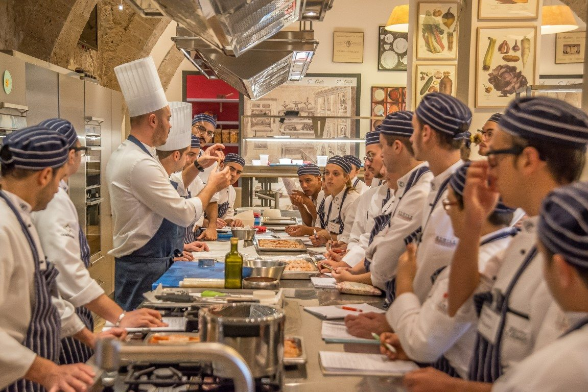 Scuola di cucina: svolgimento delle lezioni con gli aspiranti chef