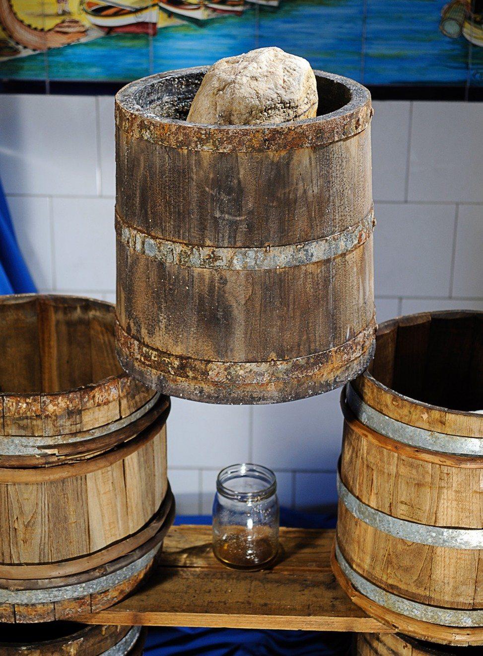 colatura di alici: botti di legno in cui bengono poste le alici durante la preparazione