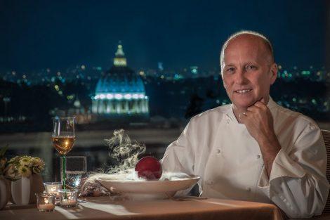 Heinz Beck, lo chef, con la cupola si San Pietro illuminata sullo sfondo.