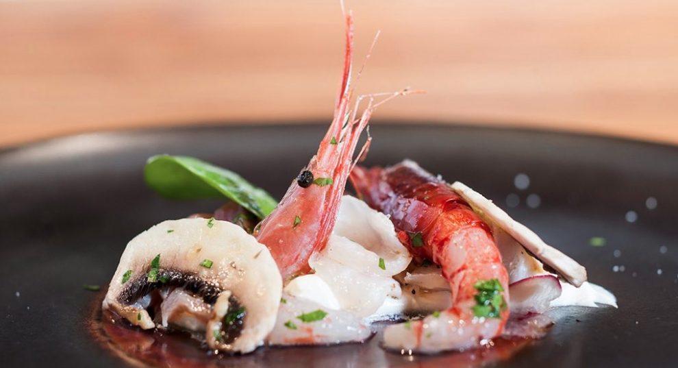 Primi piano del piatto con pesce crudo
